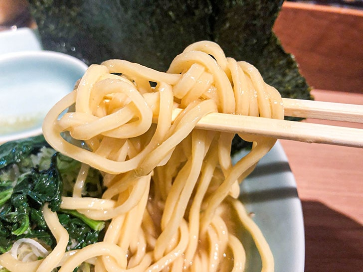 横濱家系らーめん 友喜家の太麺ストレート