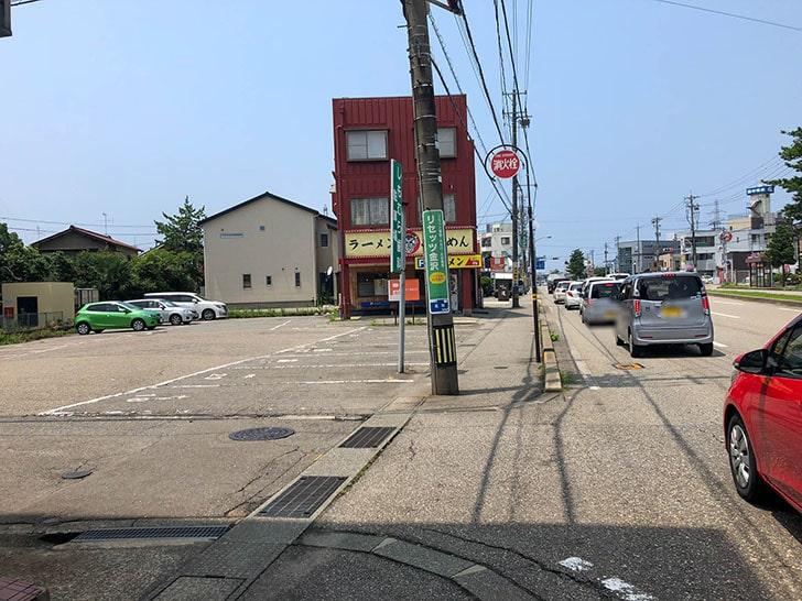 山勝 角ふじ 駐車場入り口2