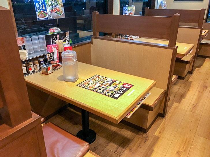 丸源ラーメン テーブル席