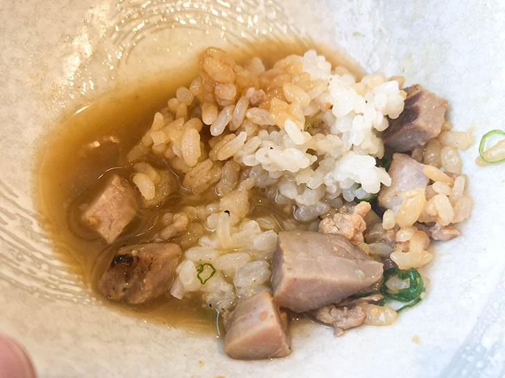 自家製麺 のぼる チャーシュー丼に京ラーメンのスープを入れる