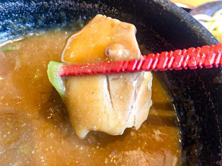 札幌海老麺舎 金沢銭五店 チャーシューにスープをつける