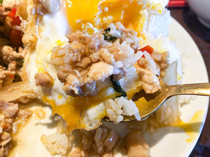 ジャークジャイタイフードセンター 卵の黄身とガパオライス