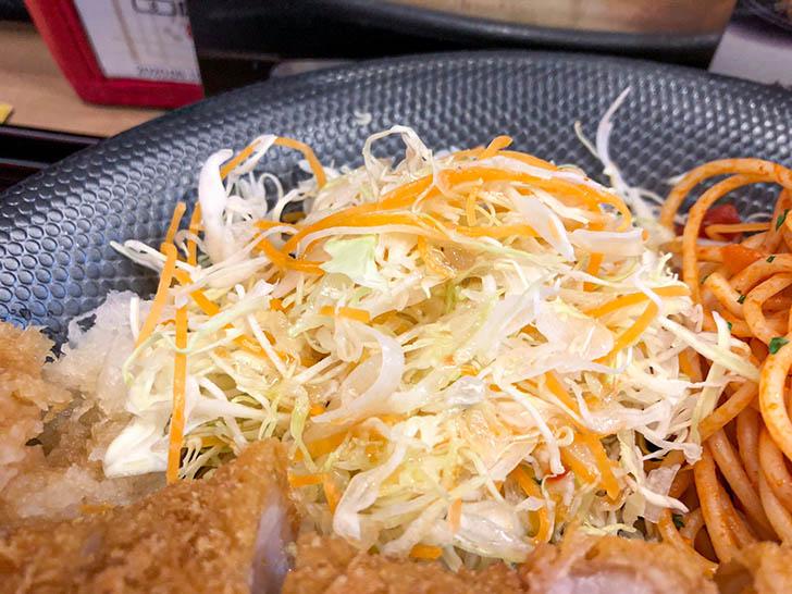 キッチン二郎 サラダも少しだけある