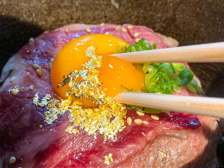 東山 志(Yoshi) 能登和牛A5 5秒炙丼(卵黄乗せ) 濃厚な卵黄