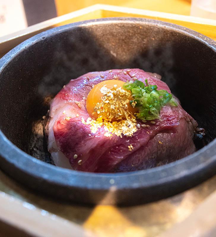 東山 志(Yoshi) 能登和牛A5 5秒炙丼(卵黄乗せ)