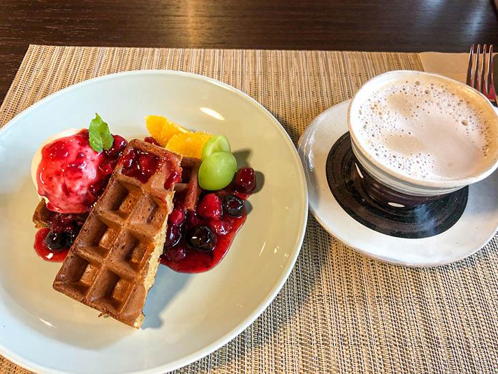 町屋cafe くりの樹 ほうじ茶ワッフル カフェラテ